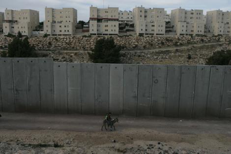 Security_wall_around_qalkilia
