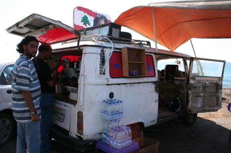 Mousa_prepare_un_cafe_avec_la_machine_fo